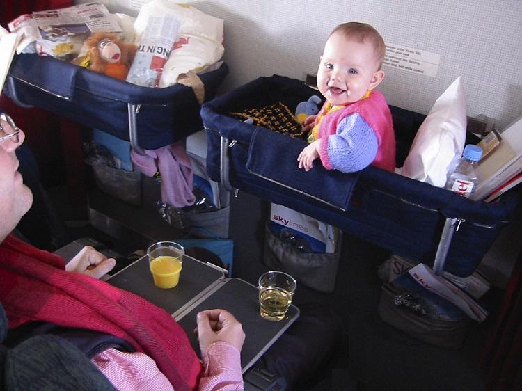 Trẻ sơ sinh đi máy bay cần những giấy tờ gì