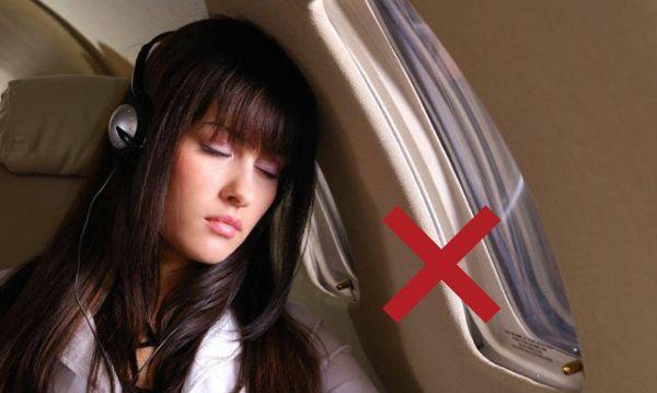 Không nên ngủ khi máy bay cất cánh hoặc hạ cánh