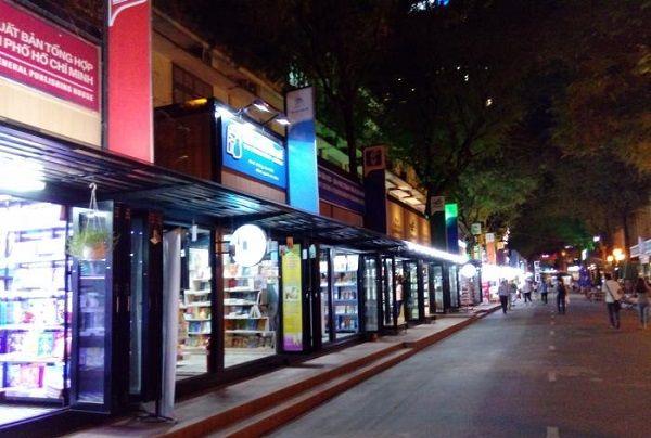 Đọc sách tại đường Nguyễn Văn Bình